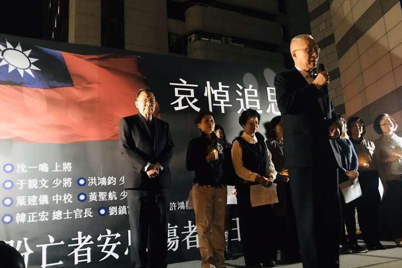 國民黨2、3日在黨部前替黑鷹直升機失事殉職軍官舉行追思紀念會,主席吳敦義(前)致詞時數度落淚。(國民黨提供)