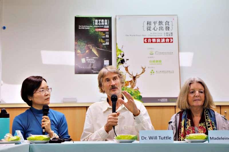 走遍世界的塔托博士此次受慈心基金會與里仁邀約來臺,對臺灣有機農業發展及素食文化印象深刻,認為臺灣能成為世界和平的燈塔,傳遞正向的影響力。(圖/里仁提供)