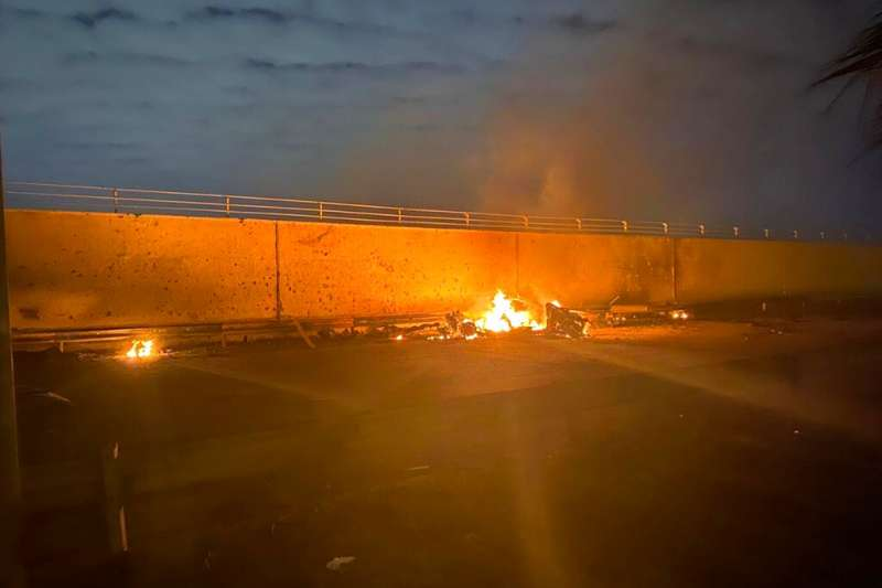 2020年1月3日凌晨,伊拉克巴格達國際機場附近遭到美軍轟炸,造成伊朗伊斯蘭革命衛隊的特種部隊司令蘇萊曼尼喪生。(AP)