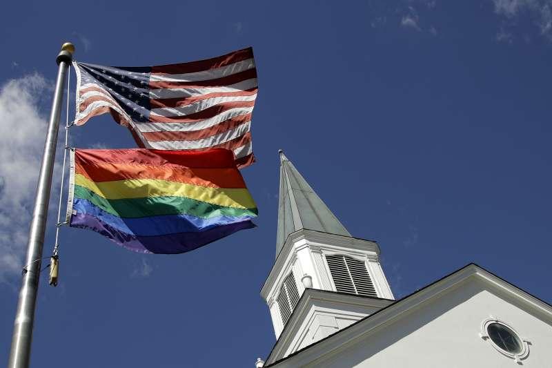 美國堪薩斯州衛理公會的一座教堂前升起彩虹旗,表達支持LGBT族群及其權益(美聯社)