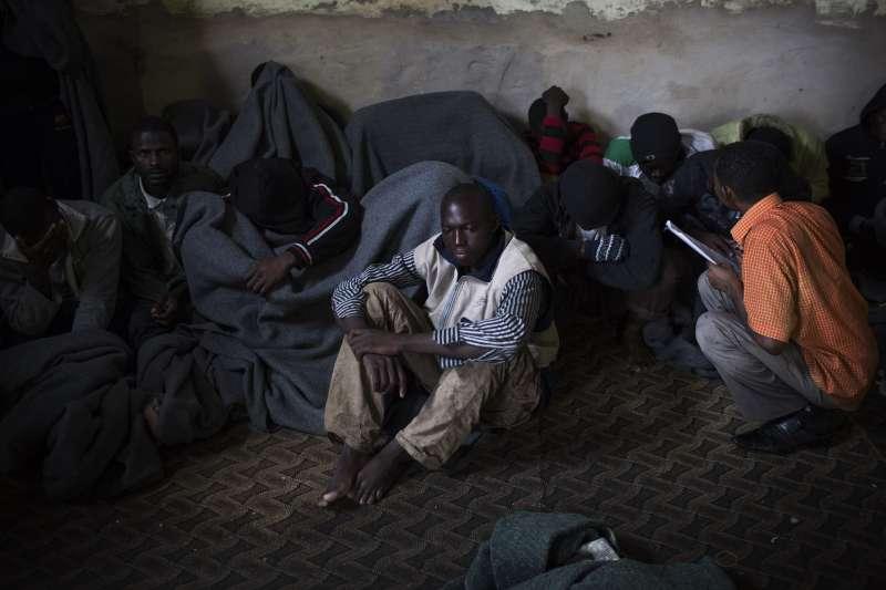 利比亞發難民財。利比亞阿布薩林難民中心的擁擠惡況。(AP)