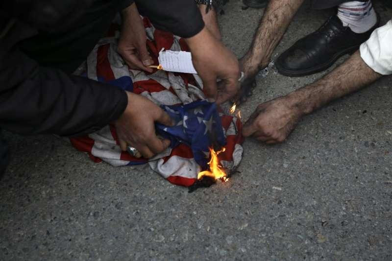 伊朗特種部隊「聖城軍」司令蘇萊曼尼遭美軍擊斃,伊朗舉國憤怒揚言報復。(AP)