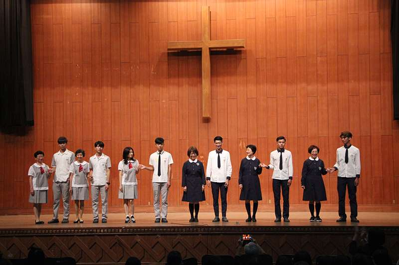 20200104-長榮女中在2017年時曾邀請第一屆招收的男學生舉辦「制服秀」。(取自長榮女中網站)