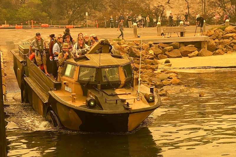澳洲軍方出動兩棲戰車搭救受困災民。(AP)