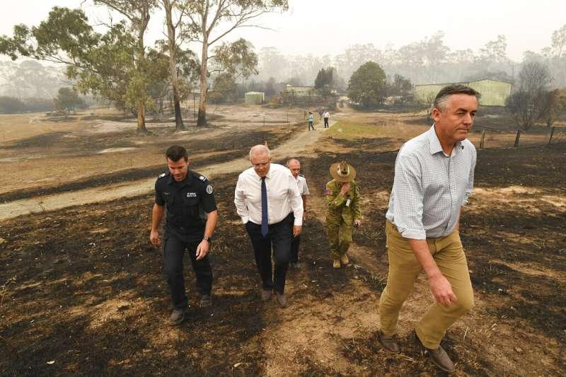 澳洲總理莫里森,3日巡視維省一處遭野火燒毀的農場。(AP)