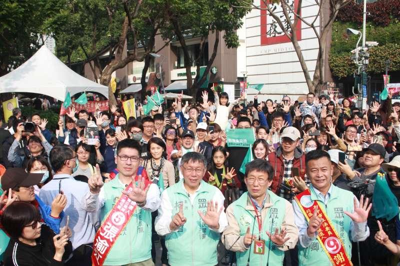 20200105-台灣民眾黨主席柯文哲5日下午在台中車隊掃街,找來藝人郭子乾扮演分身「柯蚊哲」助陣。(方炳超攝)