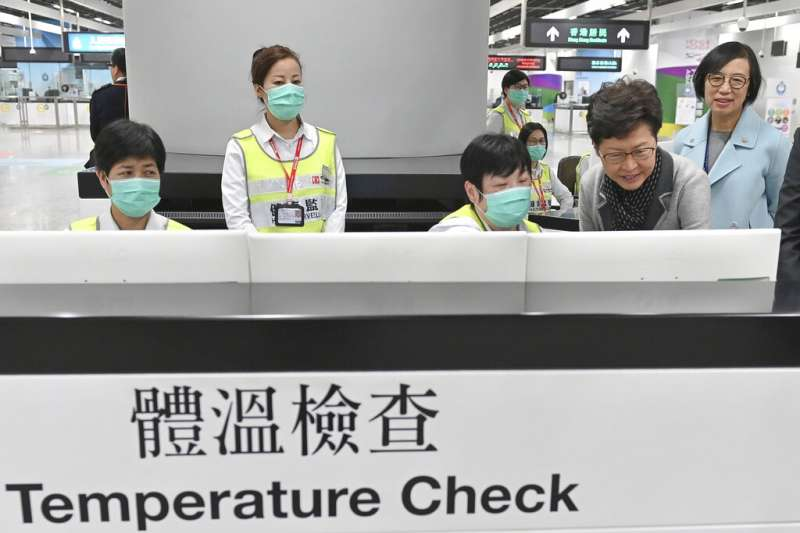 為防範武漢肺炎,香港特首林鄭月娥(右二)前往高鐵站視察衞生人員的境管監測情況。(美聯社)