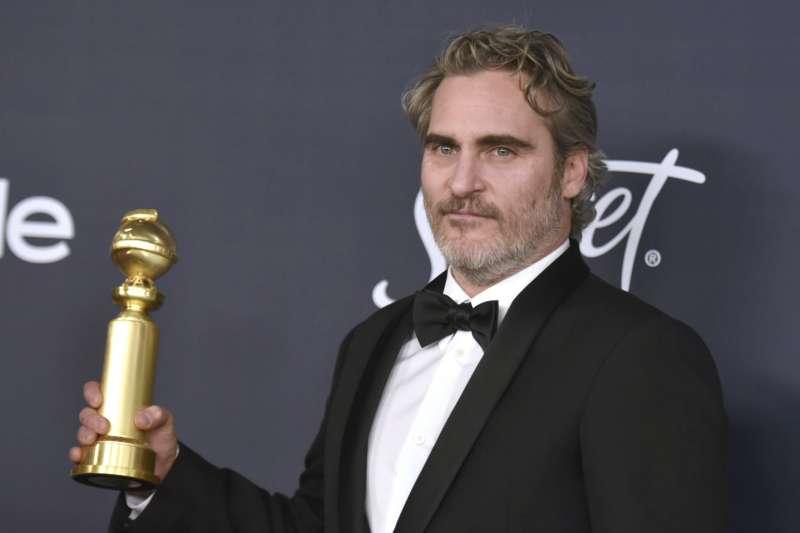 2020年第77屆金球獎,《小丑》瓦昆菲尼克斯(Joaquin Phoenix)一如預期拿下劇情類最佳男主角(AP)