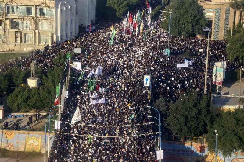 伊朗中部城市阿瓦士湧現悼念蘇萊曼尼的人潮。(美聯社)