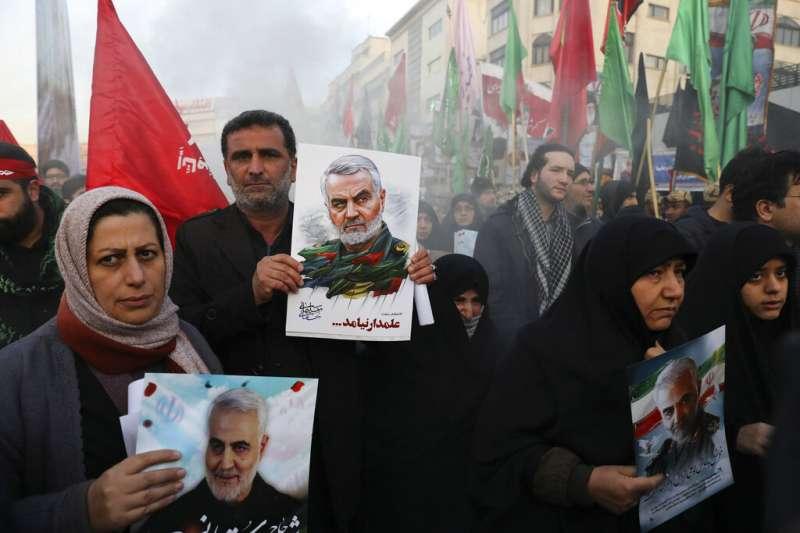 德黑蘭出現大批悼念蘇萊曼尼的群眾。(美聯社)