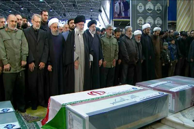 伊朗最高領袖哈米尼親自悼念遭到美軍空襲炸死的蘇萊曼尼。(美聯社)