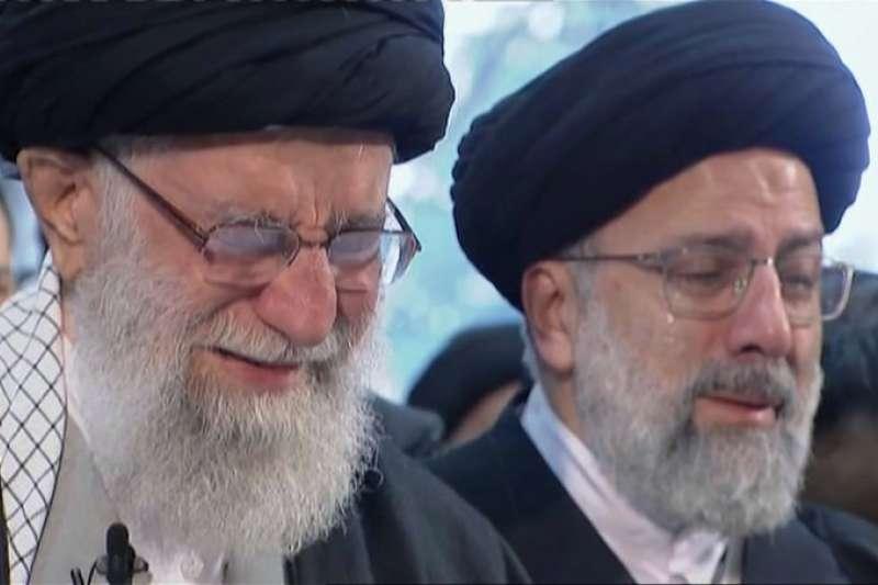 為蘇萊曼尼哭泣的伊朗為高領袖哈米尼(左)。(美聯社)