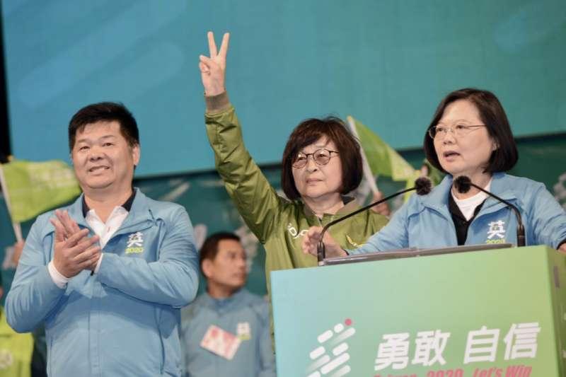總統蔡英文(右)6日晚間在雲林麥寮造勢晚會上強力催票,呼籲選民用3張選票顧台灣。(蔡競總提供)