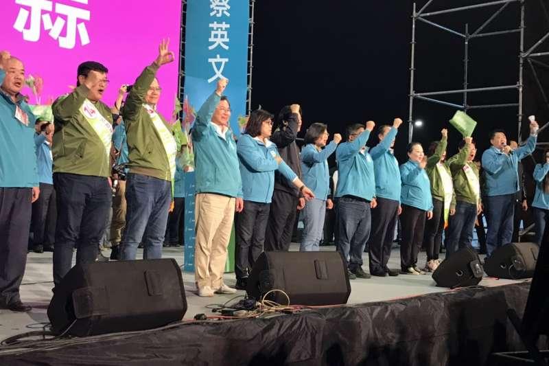20200106-民進黨6日晚間在嘉義市立棒球場外停車場舉辦造勢晚會,現場在總統蔡英文、副總統候選人賴清德到場時達到高潮。(黃信維攝)