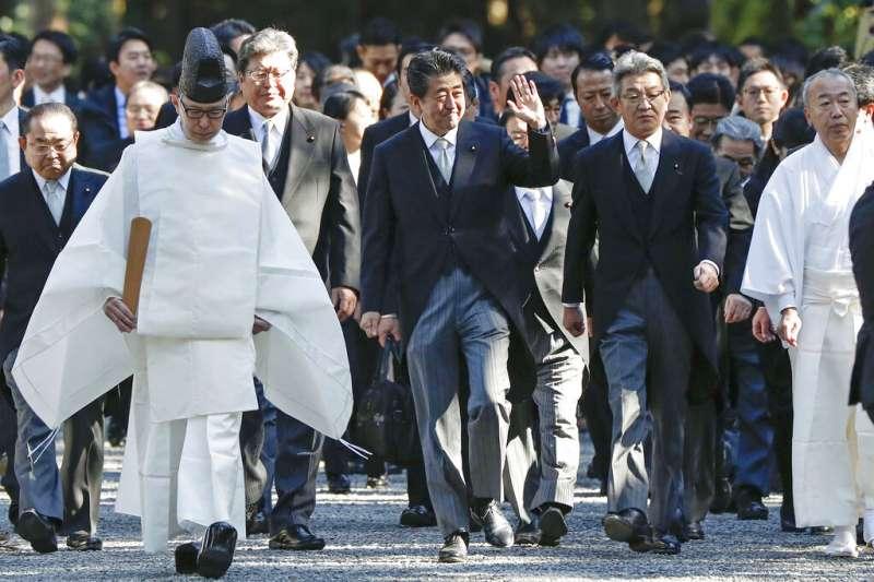 日本首相安倍晉三參拜明治神宮。(美聯社)