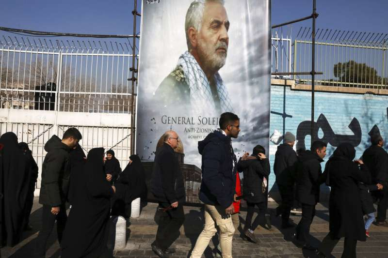 數以萬計的伊朗人民走上德黑蘭街頭,悼念伊朗「聖城軍」司令蘇萊曼尼之死。(美聯社)