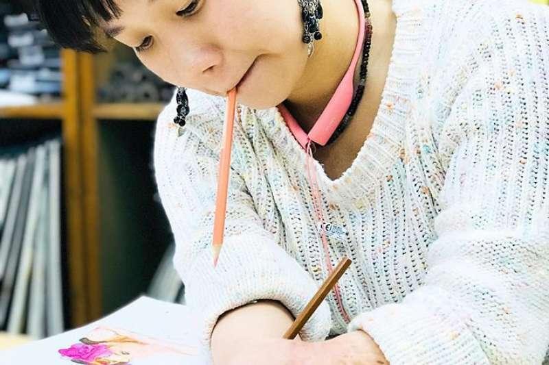 韋齊不只是臺灣十多萬癲癇患者的楷模,更超越了肢體不便的極致。仰仗著她陽光的心態、勇敢的毅力、吃苦耐勞的精神,以及劍及履及的執行力。(取自臉書粉專郭韋齊(微笑天使))