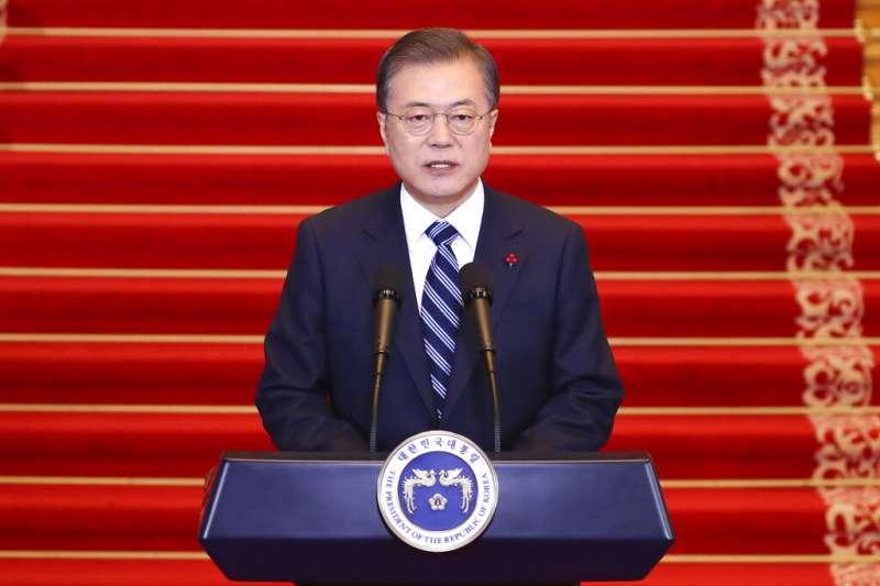 2020年1月7日,南韓總統文在寅在青瓦台主持國務會議,批准頒布「公職選舉法」修訂案,投票年齡從19歲降至18歲。(AP)