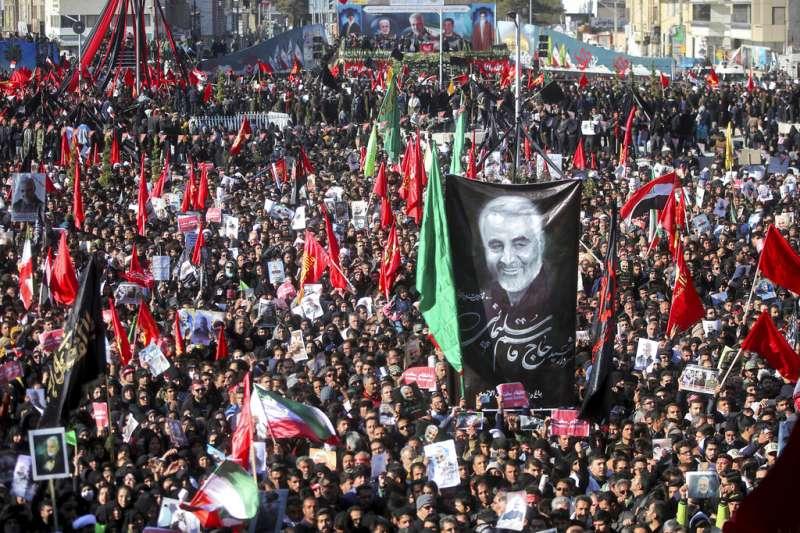 2020年1月7日,數百萬伊朗人出席少將蘇萊曼尼的葬禮,不幸發生踩踏意外。(AP)