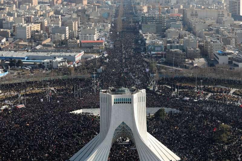 伊朗民眾上街哀悼「聖城軍」司令蘇萊曼尼的死。(AP)