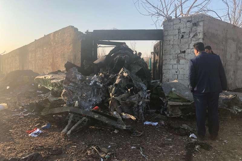 2020年1月8日,伊朗首都德黑蘭近郊傳出空難,一架波音737-800客機起飛之後不久墜毀,乘客與機組員全部罹難。(AP)