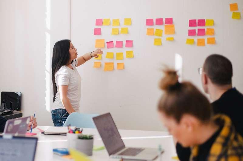 主管對員工的印象會決定員工職涯發展,不論是原地踏步、晉升或被解雇,幾乎都掌握在「主管印象」之中(圖/Unsplash)