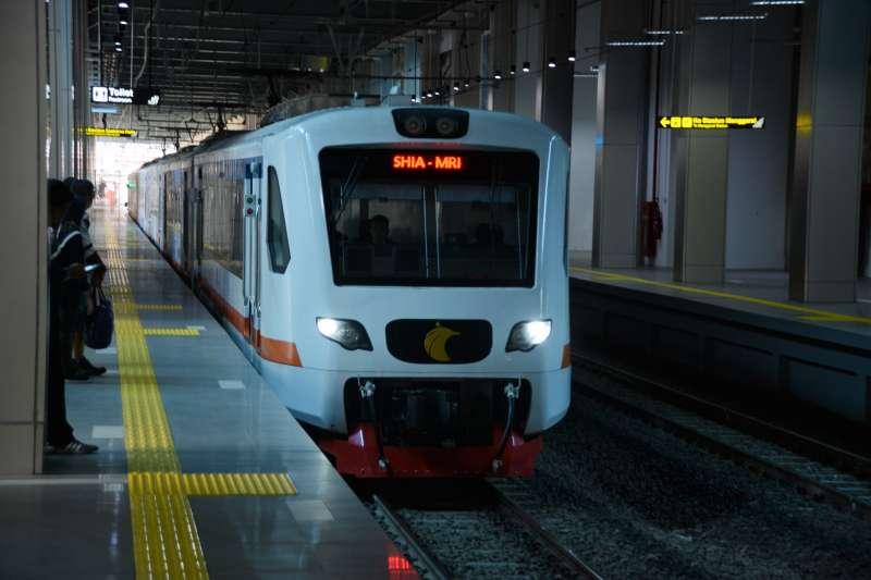 在BNI City站內的EA203系Rail Link 電車。(圖/作者|想想論壇提供)