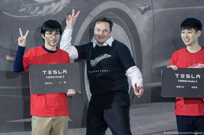 在上海的「超級工廠」,特斯拉總裁馬斯克出席了Model 3交付和Model Y啟動儀式。(圖/德國之聲)