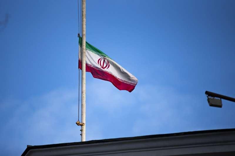 伊朗將領蘇萊曼尼遭美國擊斃,美伊戰爭一觸即發,圖為伊朗5日降半旗哀悼(資料照,AP)