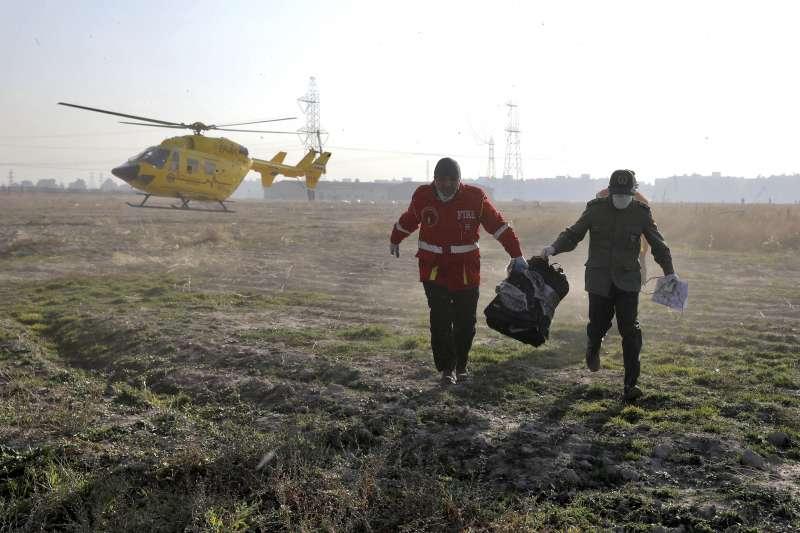 2020年1月8日,一架從伊朗德黑蘭起飛的波音737客機失事。救難人員蒐集飛機殘骸。(AP)