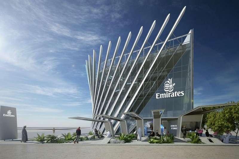 阿聯酋航空館的外觀設計呈現飛機起飛前的流線機翼造型。(圖/DECO TV)