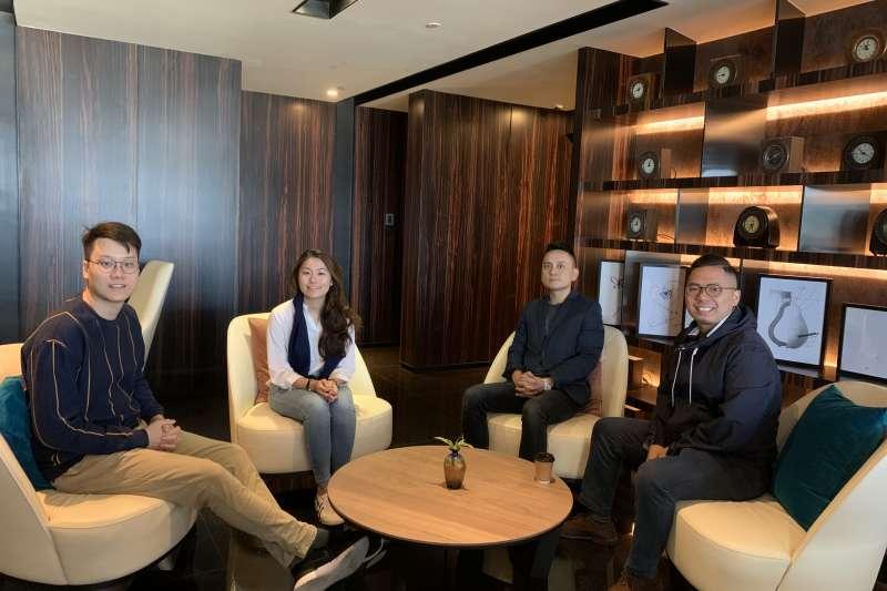 香港旅遊品牌「GLO Travel」共同創辦人陳成軍(左1)、張振華(右1)、台灣分部負責人陳靜賢(左2)與香港國際關係學者沈旭暉(簡恒宇攝)