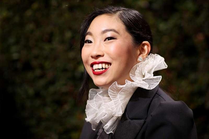 奧卡菲娜(Awkwafina)成為美國金球獎歷史上首位亞裔影后,但許多中國網友卻嫌她「長太醜」(圖/IMDb)