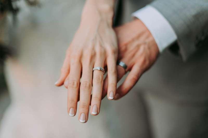 丈夫反覆出軌,到底該選擇原諒抑或果斷離婚?這是許多婚姻觸礁夫妻面臨困境(圖/Unsplash)