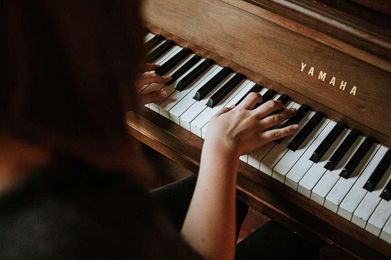 小時候來不及學鋼琴,錯過了最佳時機,長大後才開始學還來得及嗎?(圖/unsplash)