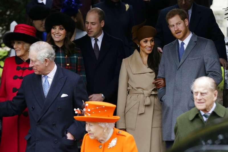 2017年12月25日,英國王子哈利與當時的未婚妻梅根,及其他王室成員共同出席耶誕節禮拜。(AP)