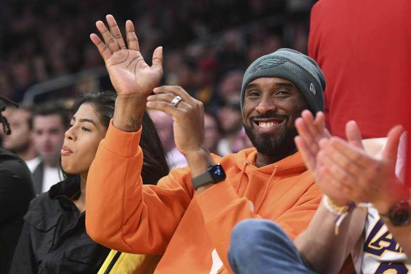 布莱恩因为女儿吉安娜(左)对篮球的热爱,重回NBA球场看球。(AP)