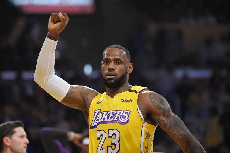 美國職籃NBA明星賽球迷票選第2階段結果9日出爐,洛杉磯湖人「小皇帝」詹姆斯躍居領先。(AP)