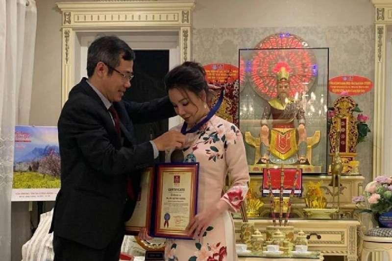 DUONG DUY LAM VIEN先生、也是越南唱片協會秘書長,越南唱片組織執行董事(左),在他的授權下,將徽章授予了越南國家唱片與商業協會歌手胡瓊香。(圖/業者提供)