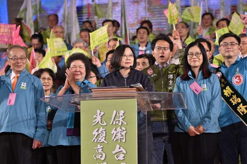 20200110-總統大選最後一夜,總統蔡英文(左三)在晚會上致詞。(蔡英文高雄競選總部提供)
