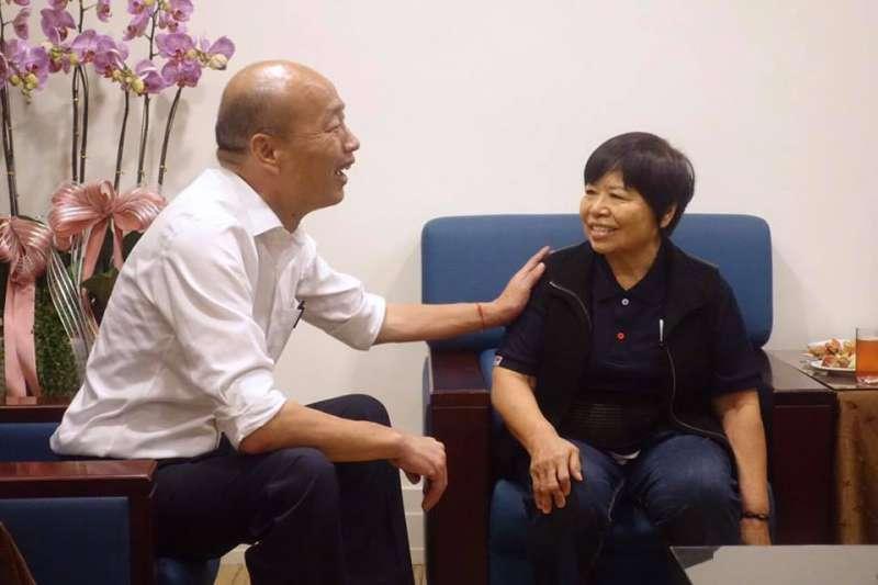 台東愛心菜販陳樹菊(右)日前表明支持國民黨總統候選人韓國瑜(左),卻遭到網友攻擊。韓國瑜日前對此則公開抨擊網軍人品惡劣、水準奇差無比。(資料照,取自韓國瑜臉書)