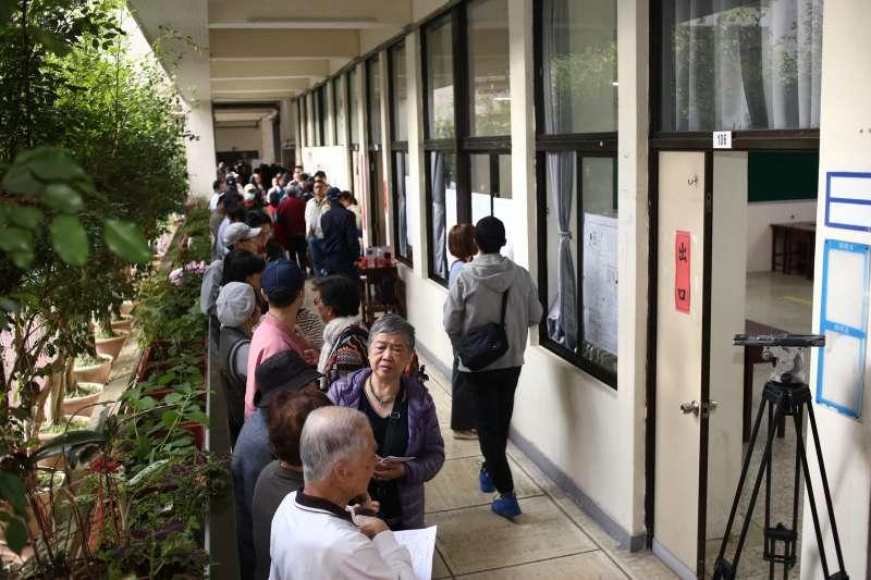 20200111-11日上午八時前即出現排隊投票的人潮。(陳品佑攝)