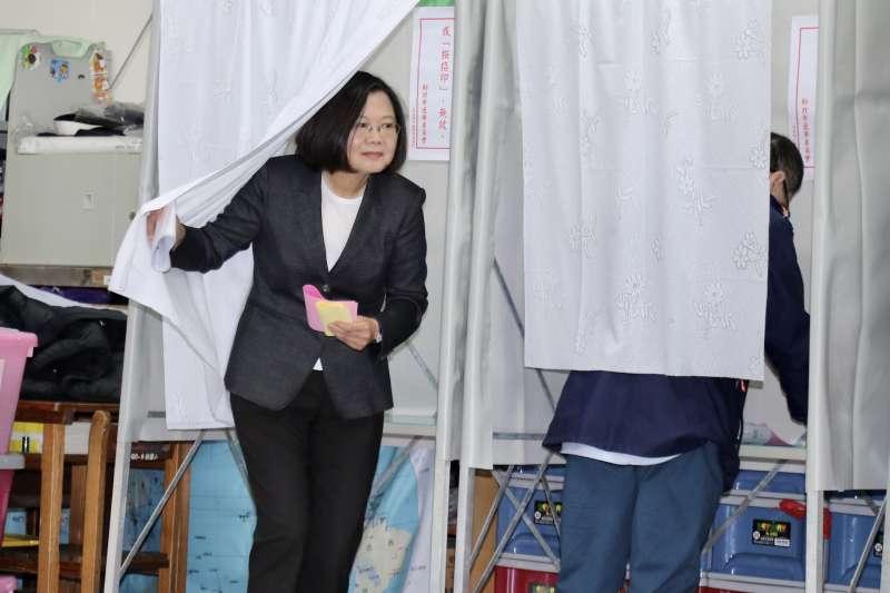 20200111-民進黨總統候選人蔡英文11日至投票所投票。(台北市攝影記者聯誼會提供)