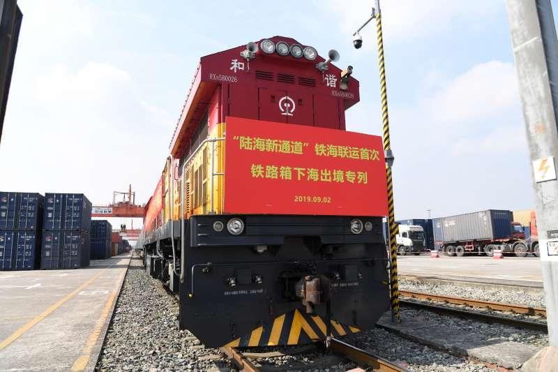 2019年,「陸海新通道」鐵海聯運首次鐵路箱下海出境專列整裝待發。(新華社)