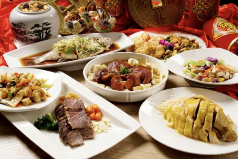 溫泉酒店業者推出中式新春饗宴桌菜,適合民眾闔家團聚。(圖/大板根森林溫泉酒店提供)