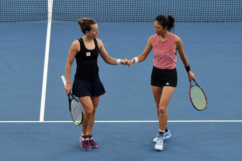 謝淑薇與搭檔史翠可娃在布里斯本網賽奪冠。(圖片取自WTA推特)
