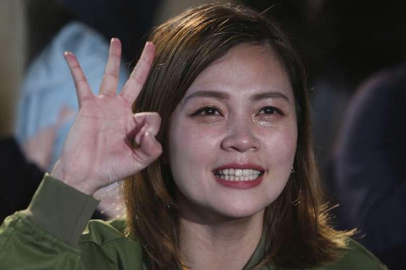 2020台灣大選:民進黨競選總部開票之夜,蔡英文支持者激動落淚。(AP)