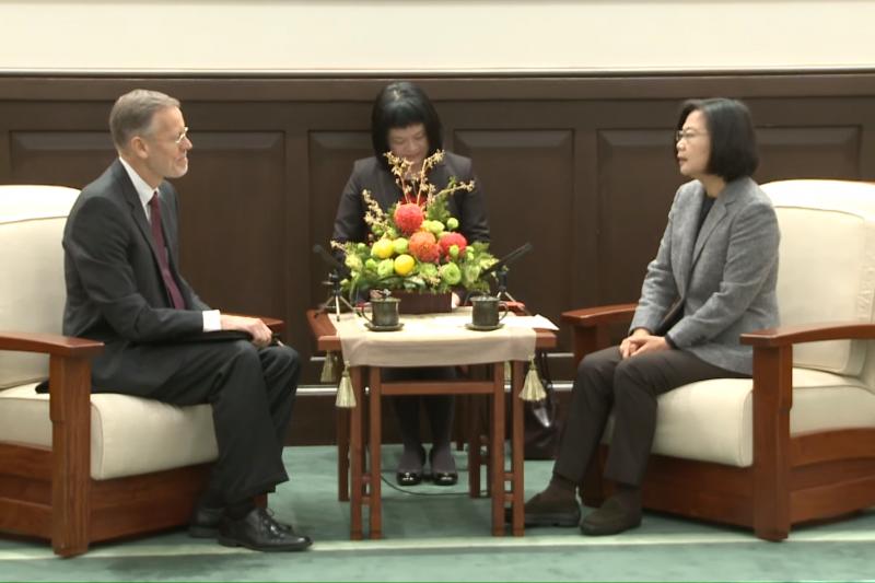 總統蔡英文,今(12)日上午接見AIT台北辦事處處長酈英傑。(截總統府影片)