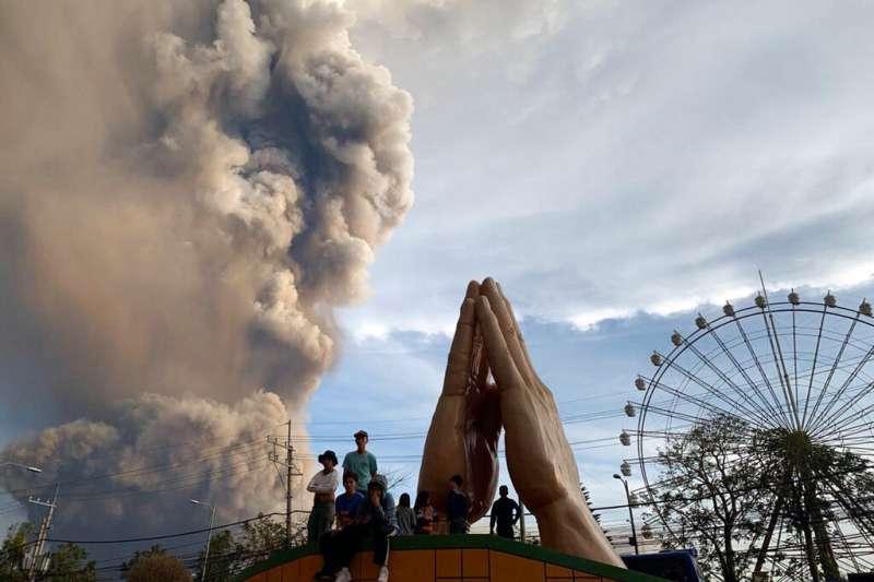 位於菲律賓呂宋島中南部八打雁省的塔爾火山12日噴發。(美聯社)