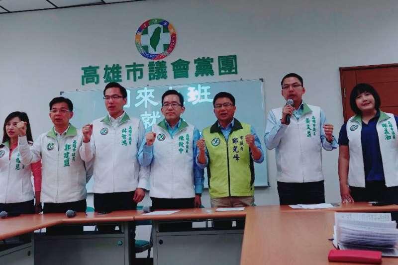 民進黨高雄市議會黨團,共同發表評論,要求市長韓國瑜「公開道歉 專心市政」。(圖/徐炳文攝)